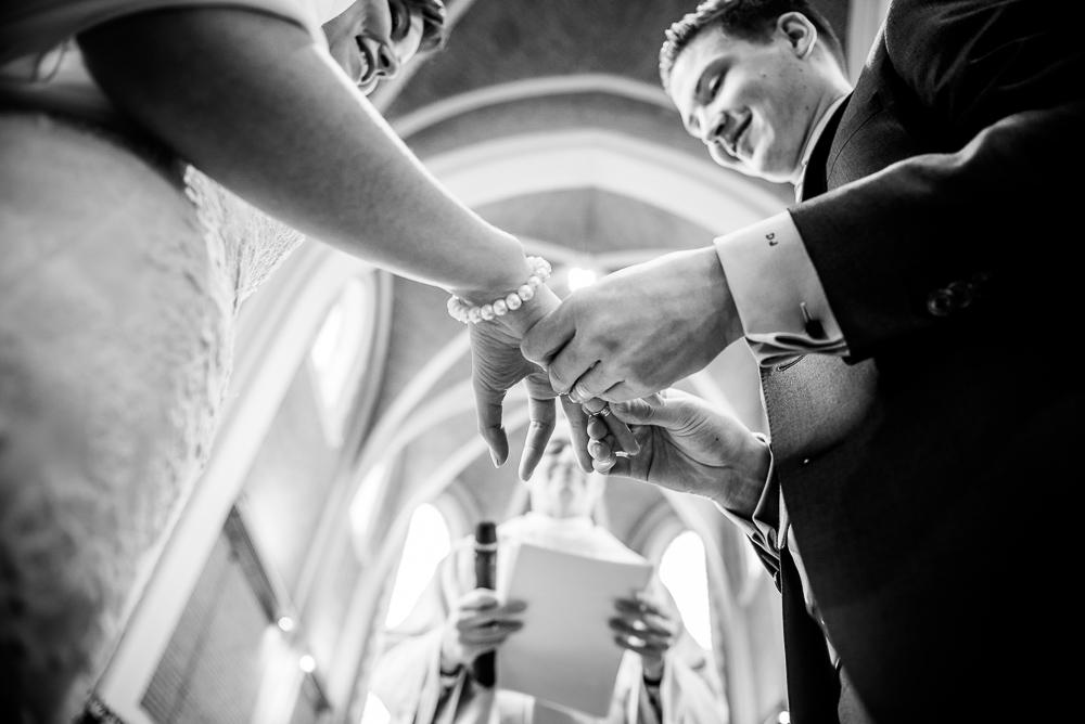 foto's huwelijk kerk ringen
