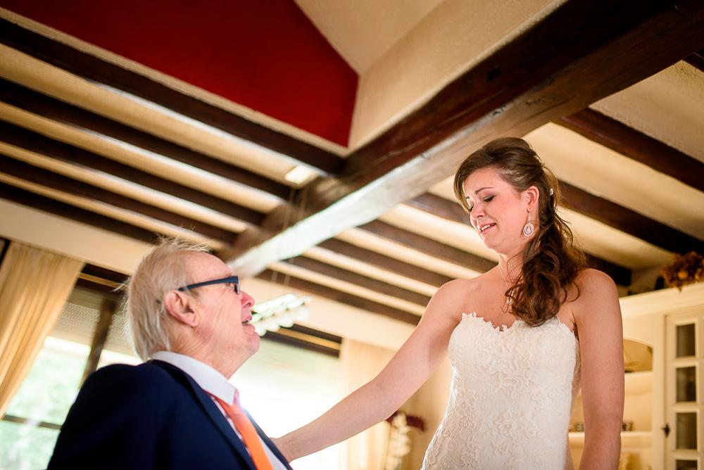 huwelijksfotograaf bruid ziet papa